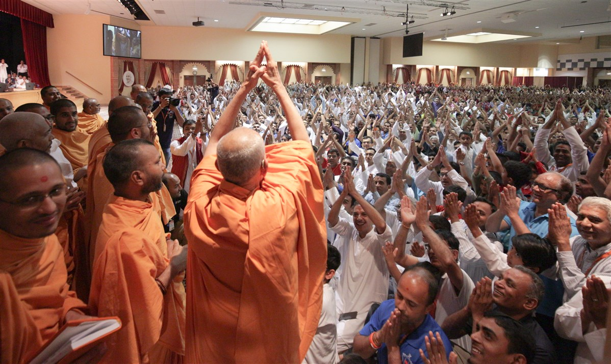 Swamishri folds his hands to devotees during the evening assembly, 18 July 2017
