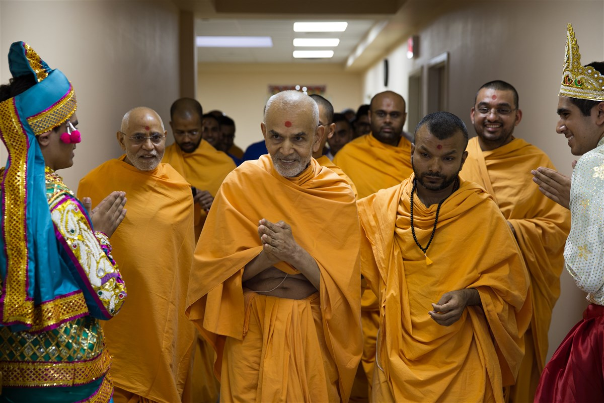 Children welcome Swamishri with folded hands