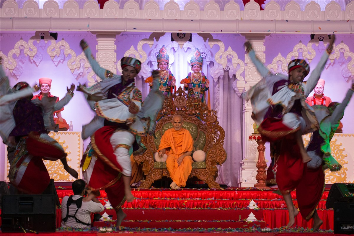 Youths dance to celebrate Swamishri's arrival