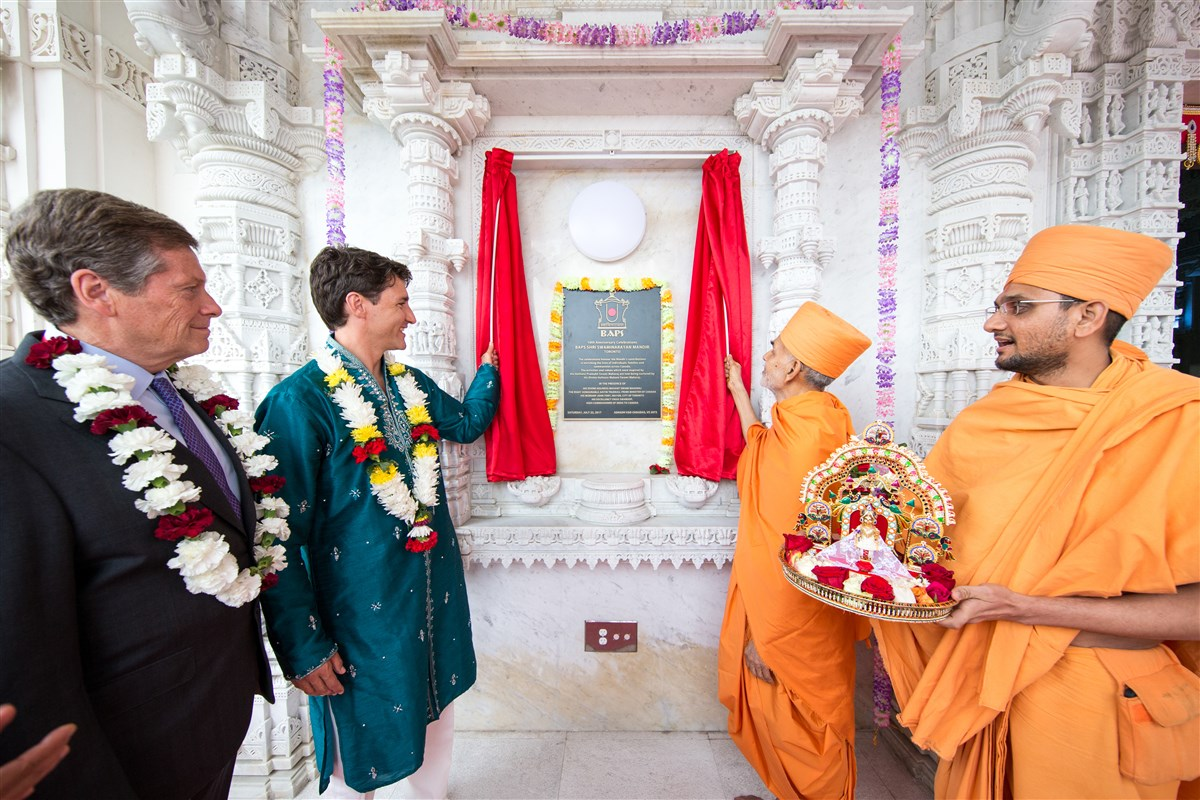 His Holiness Mahant Swami Maharaj and Prime Minister Justin Trudeau unveil a plaque commemorating the 10th anniversary celebrations of the BAPS Shri Swaminarayan Mandir, Toronto, Canada