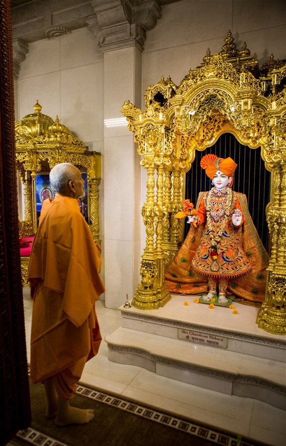 Param Pujya Mahant Swami Maharaj engrossed in the darshan of Shri Ghanshyam Maharaj