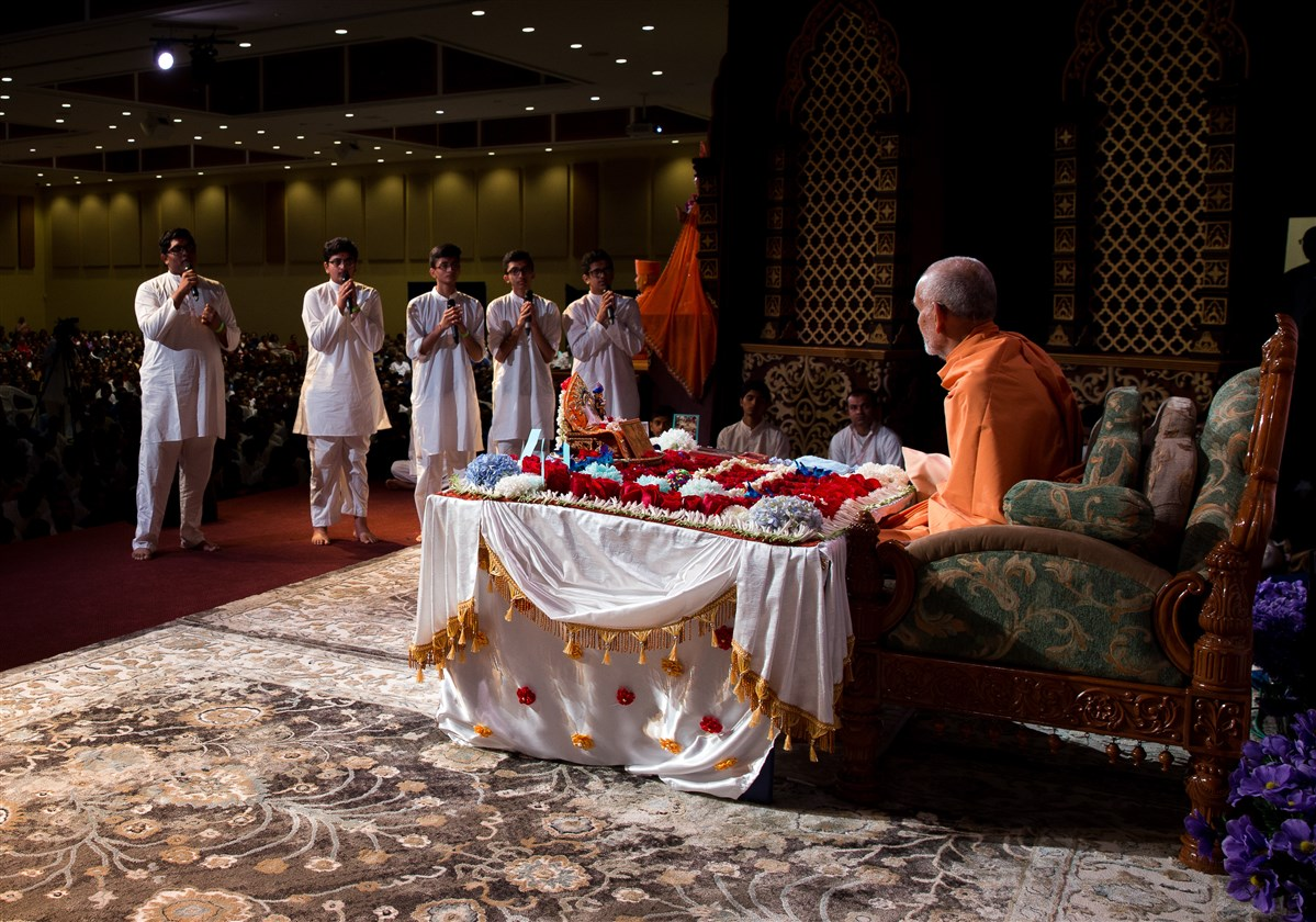 Youths recite shlokas before Swamishri
