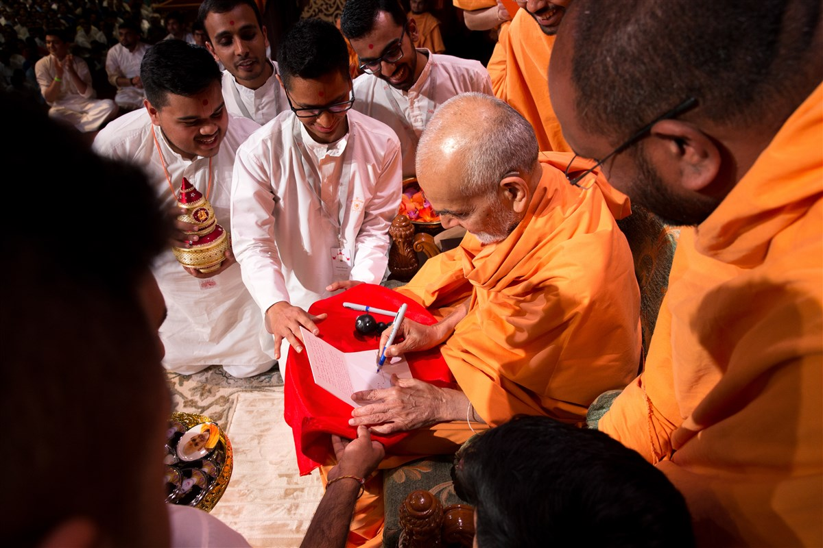 Swamishri accepting an invitation to Kishore-Kishori Din