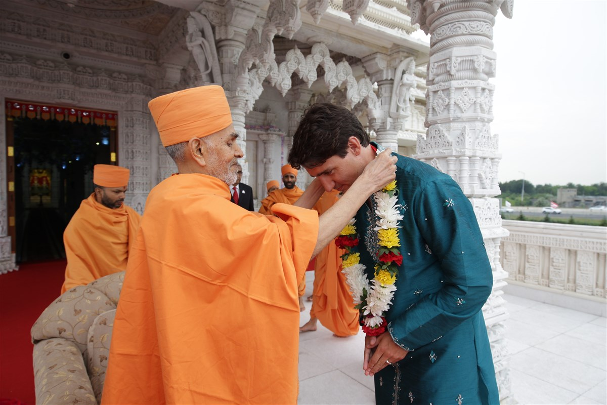 Swamishri garlands the Prime Minister of Canada Justin Trudeau