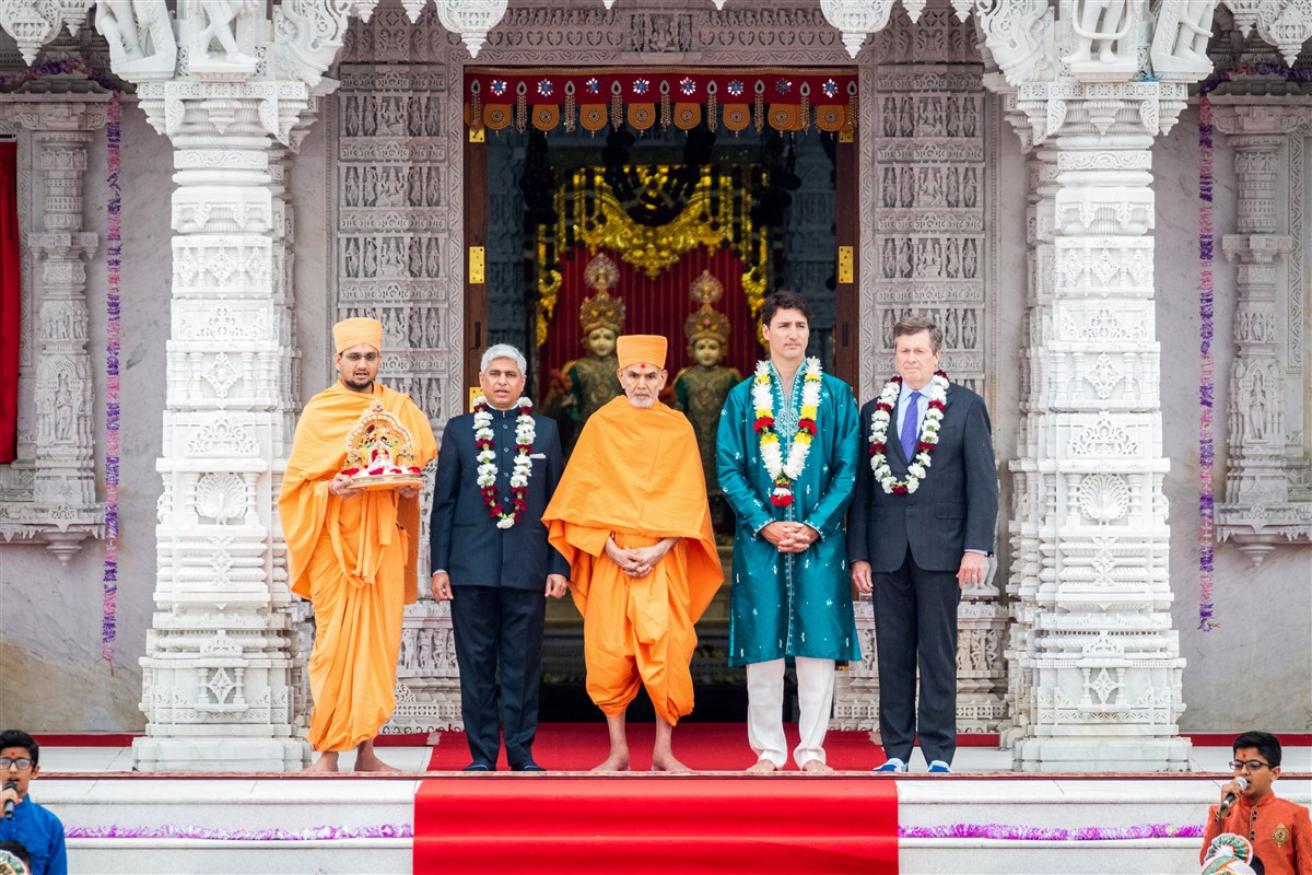 Swamishri with the Prime Minister of Canada, Justin Trudeau and other dignitaries