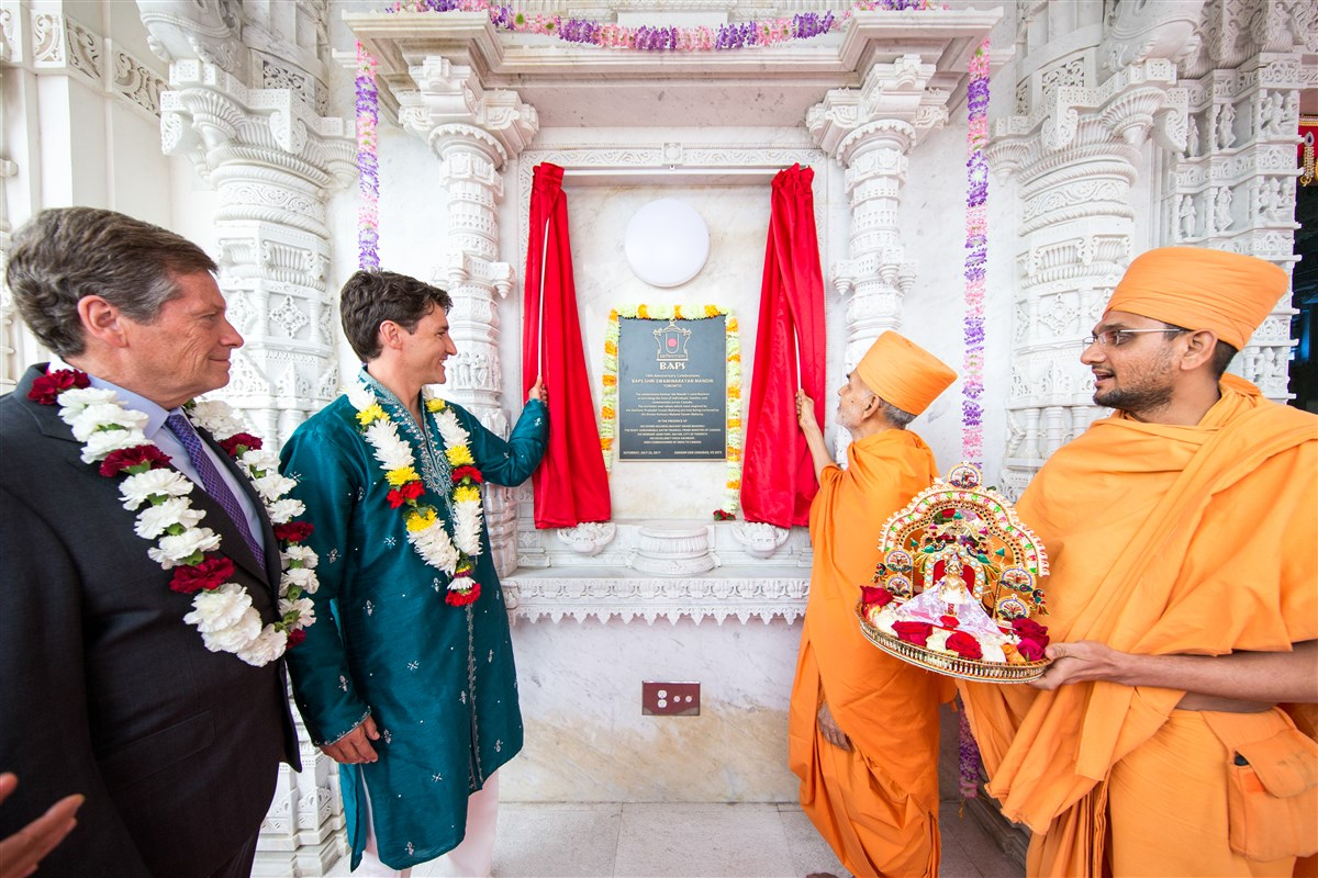 Swamishri and Prime Minister Justin Trudeau unveil a plaque commemorating the 10th anniversary celebrations