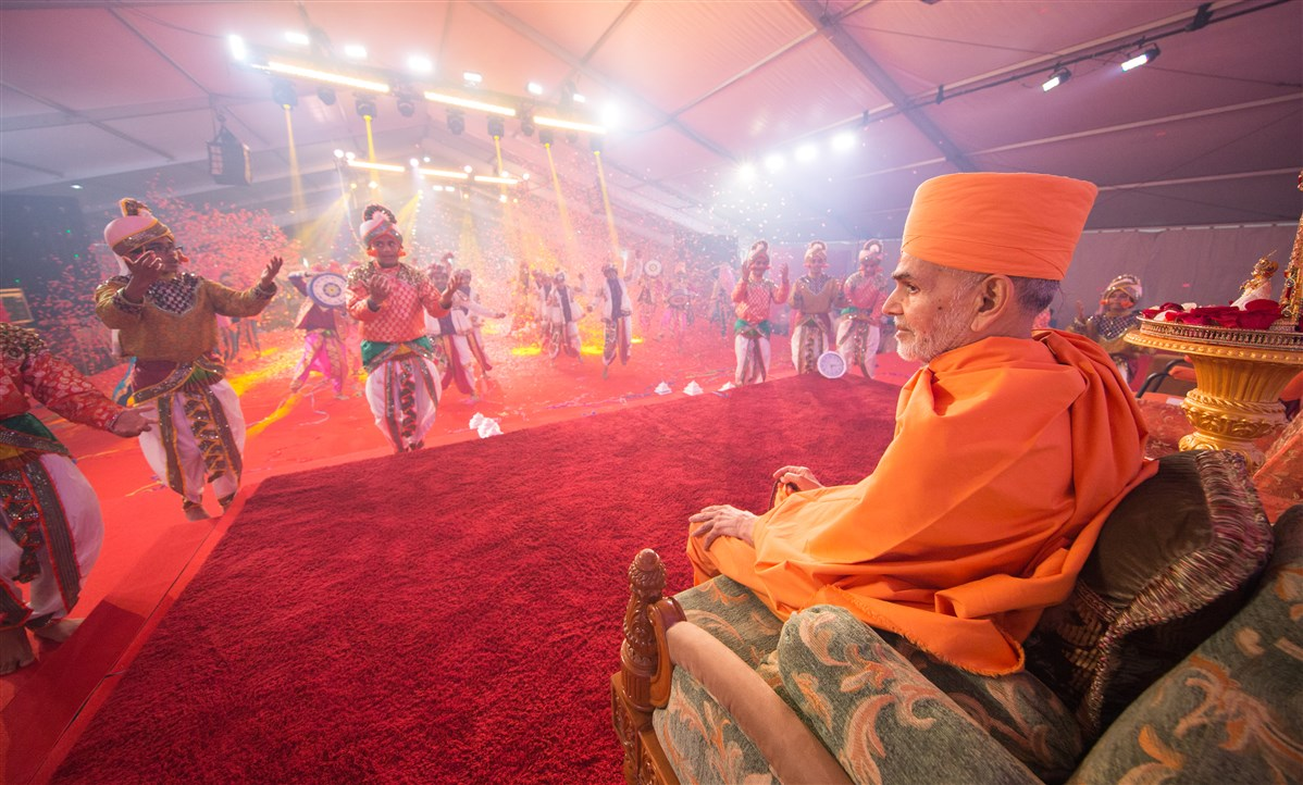 Youths perform a dance to welcome Swamishri