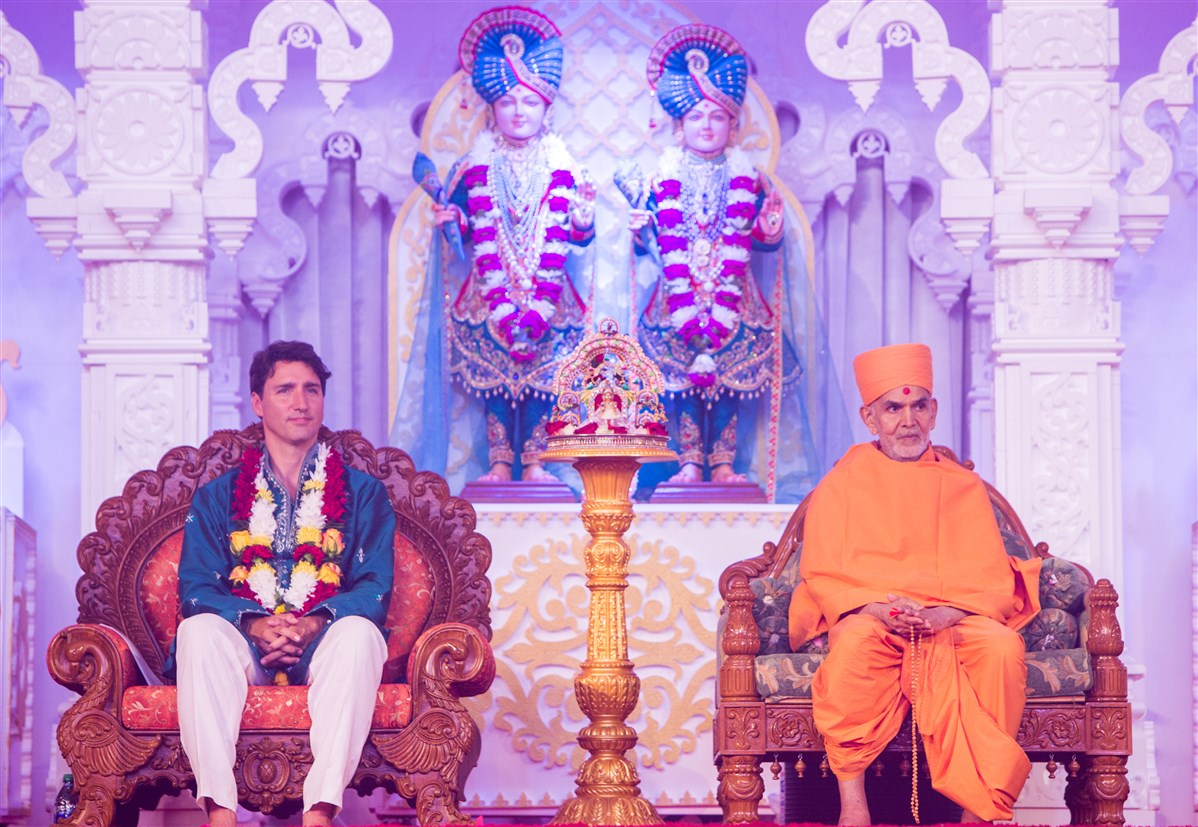 Swamishri and Prime Minister Justin Trudeau engrossed in the program