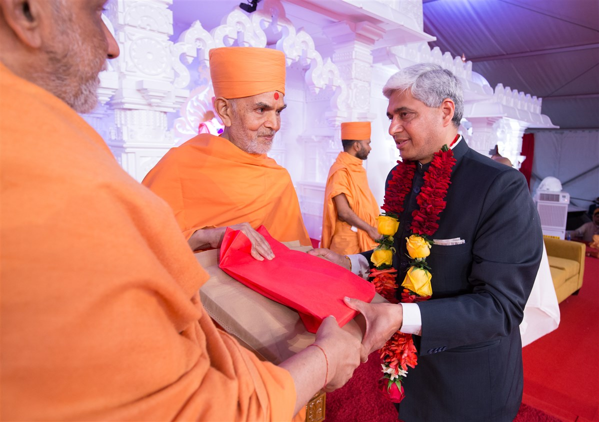 Swamishri greets the High Commissioner of India to Canada, Mr. Vikas Swarup
