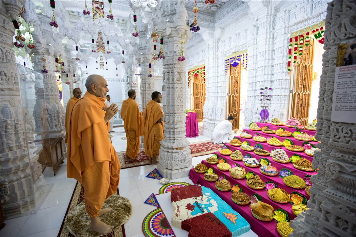 Param Pujya Mahant Swami Maharaj engrossed in darshan of the murtis