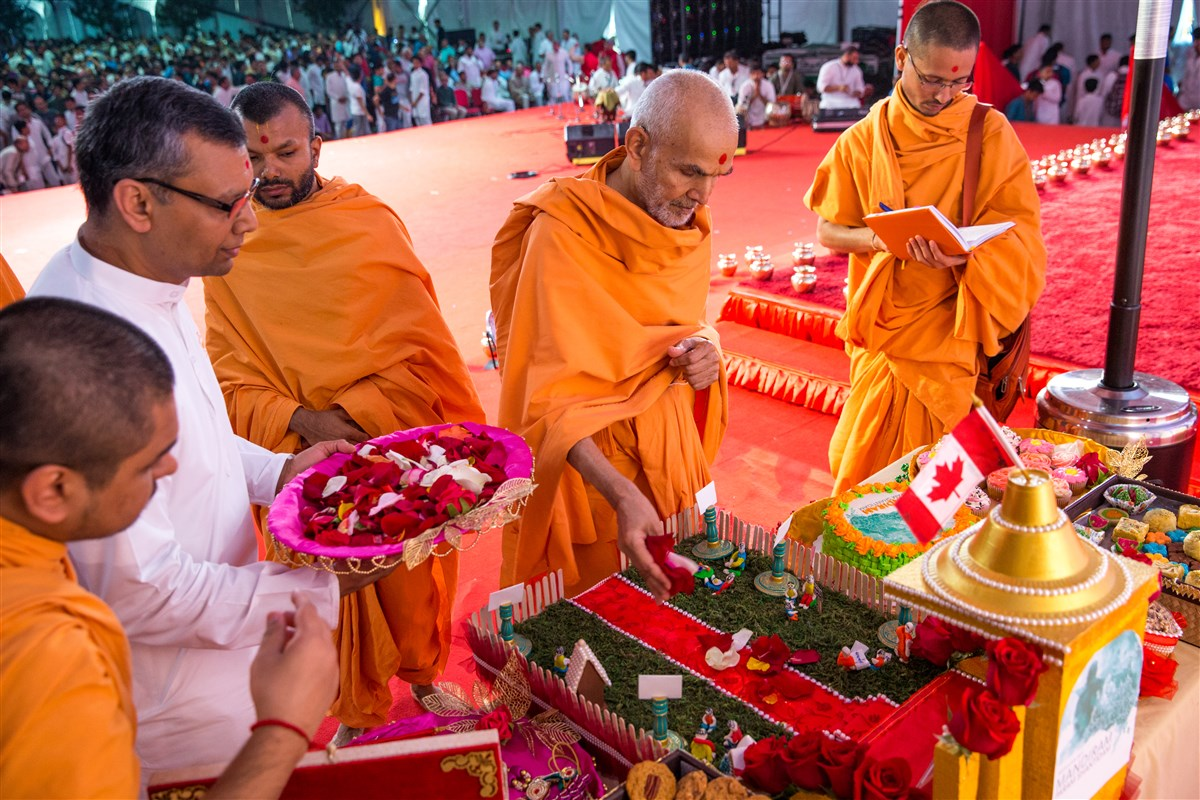 Swamishri sanctifies various artworks prepared by youths
