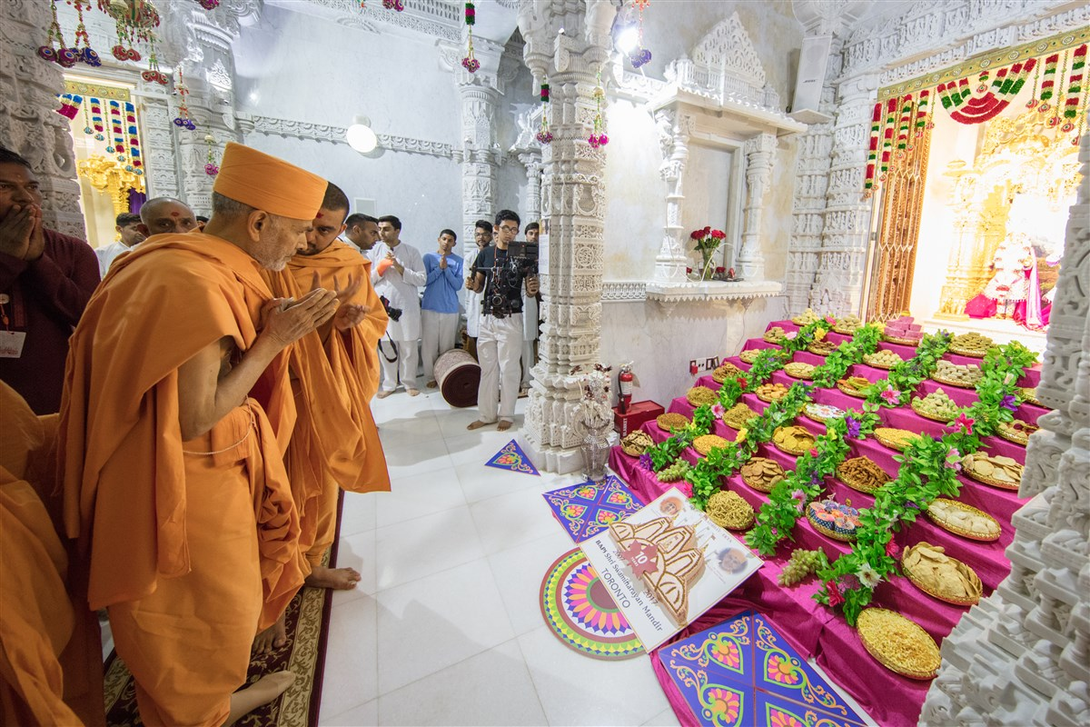 Swamishri engrossed in darshan of the annakut