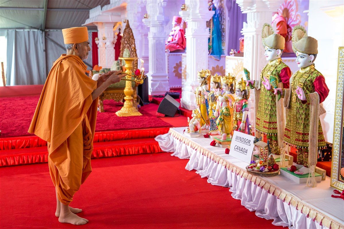 Swamishri performs arti of the BAPS Shri Swaminarayan Mandir, Windsor murtis