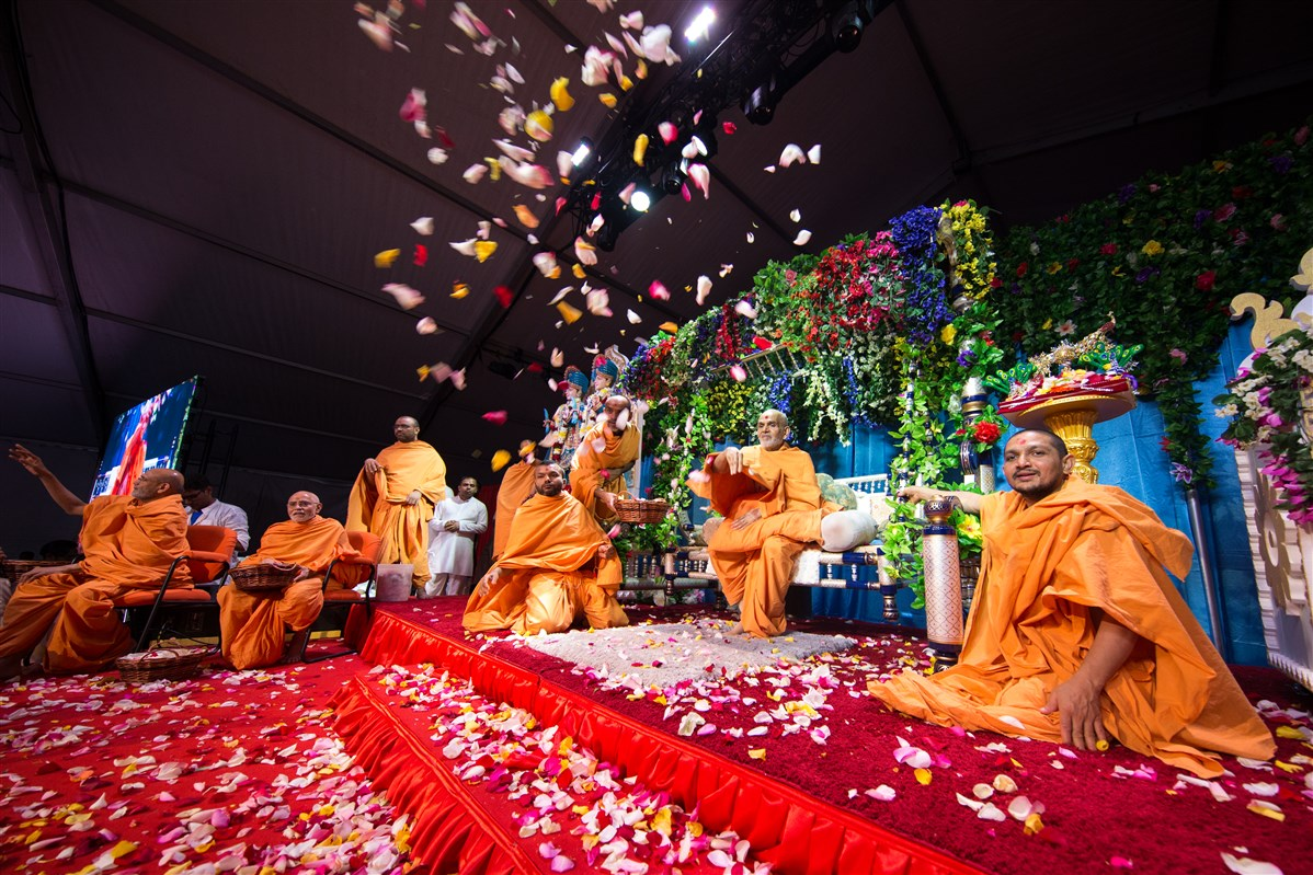 Swamishri showers flowers on devotees