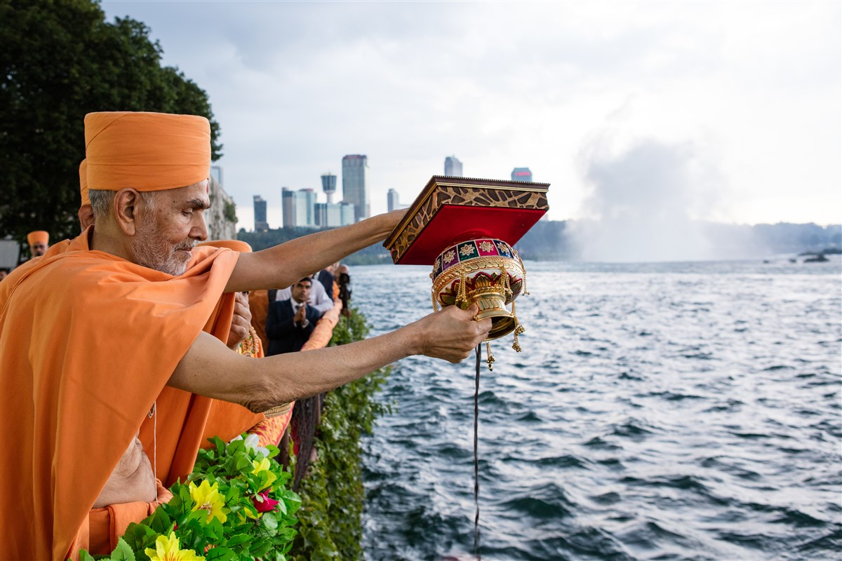 Swamishri scatters the holy ashes of Pramukh Swami Maharaj in Niagara Falls