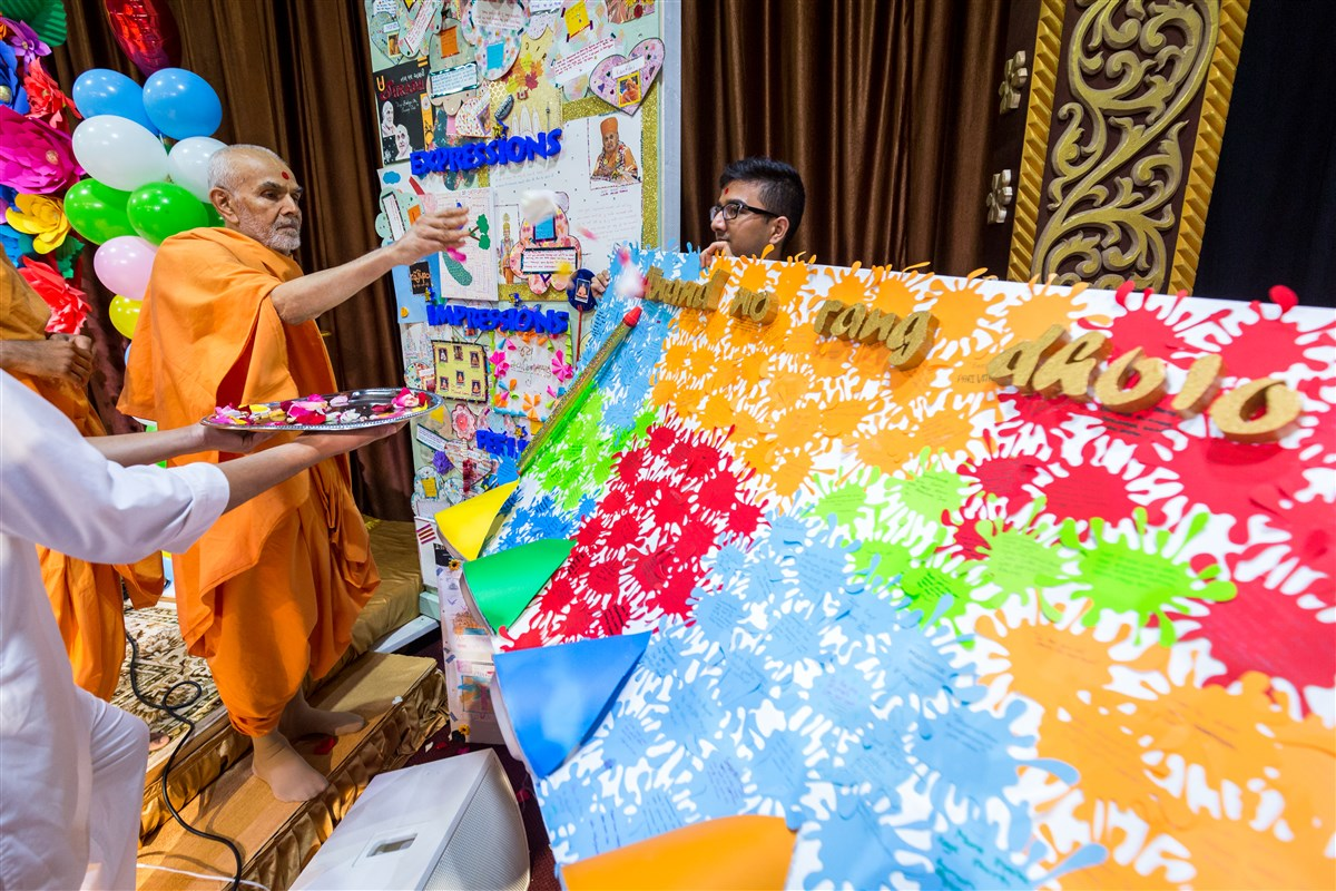 Swamishri appreciates a thematic decoration by children