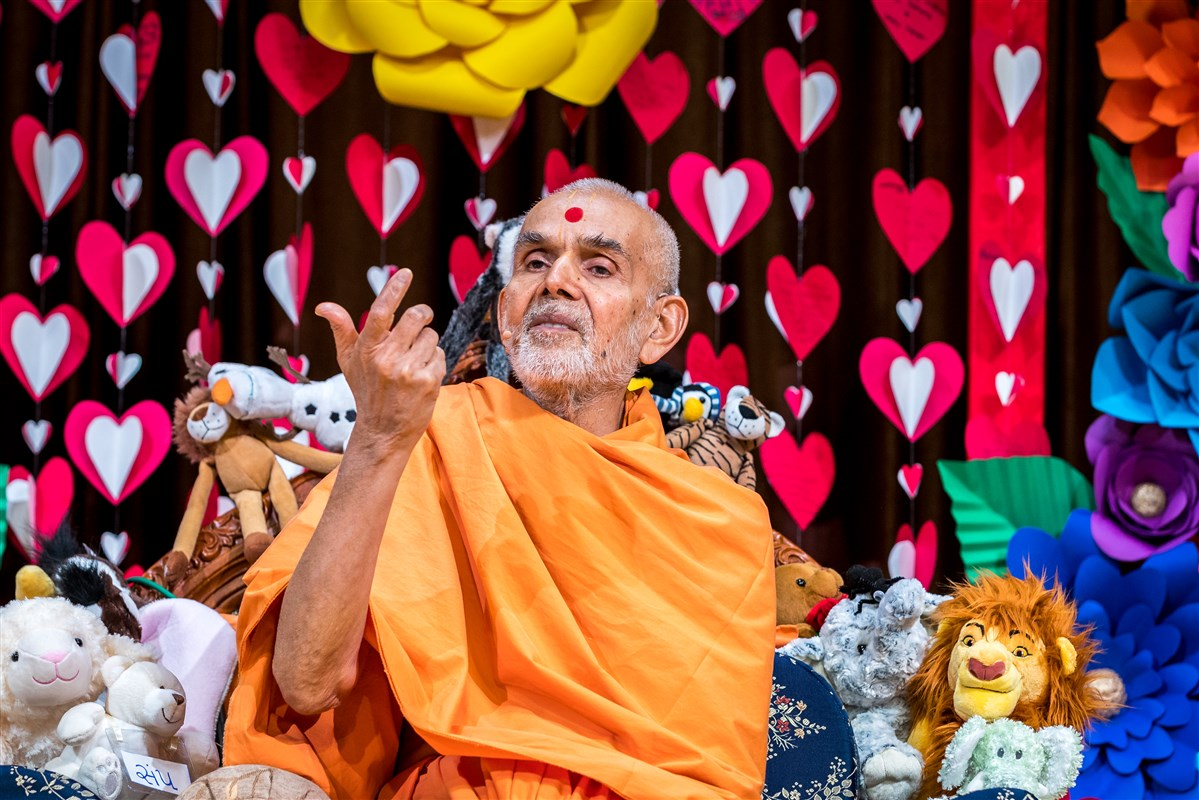 Swamishri addresses the assembly