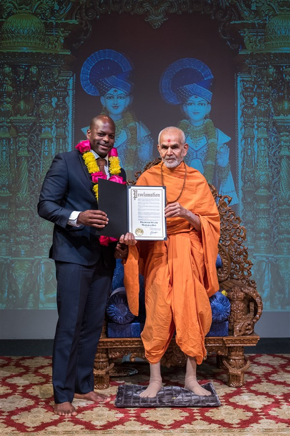 Swamishri is offered a proclamation from the office of the Mayor of San Francisco, Ed Lee, proclaiming August 2, 2017 as Pramukh Swami Maharaj Day in San Francisco