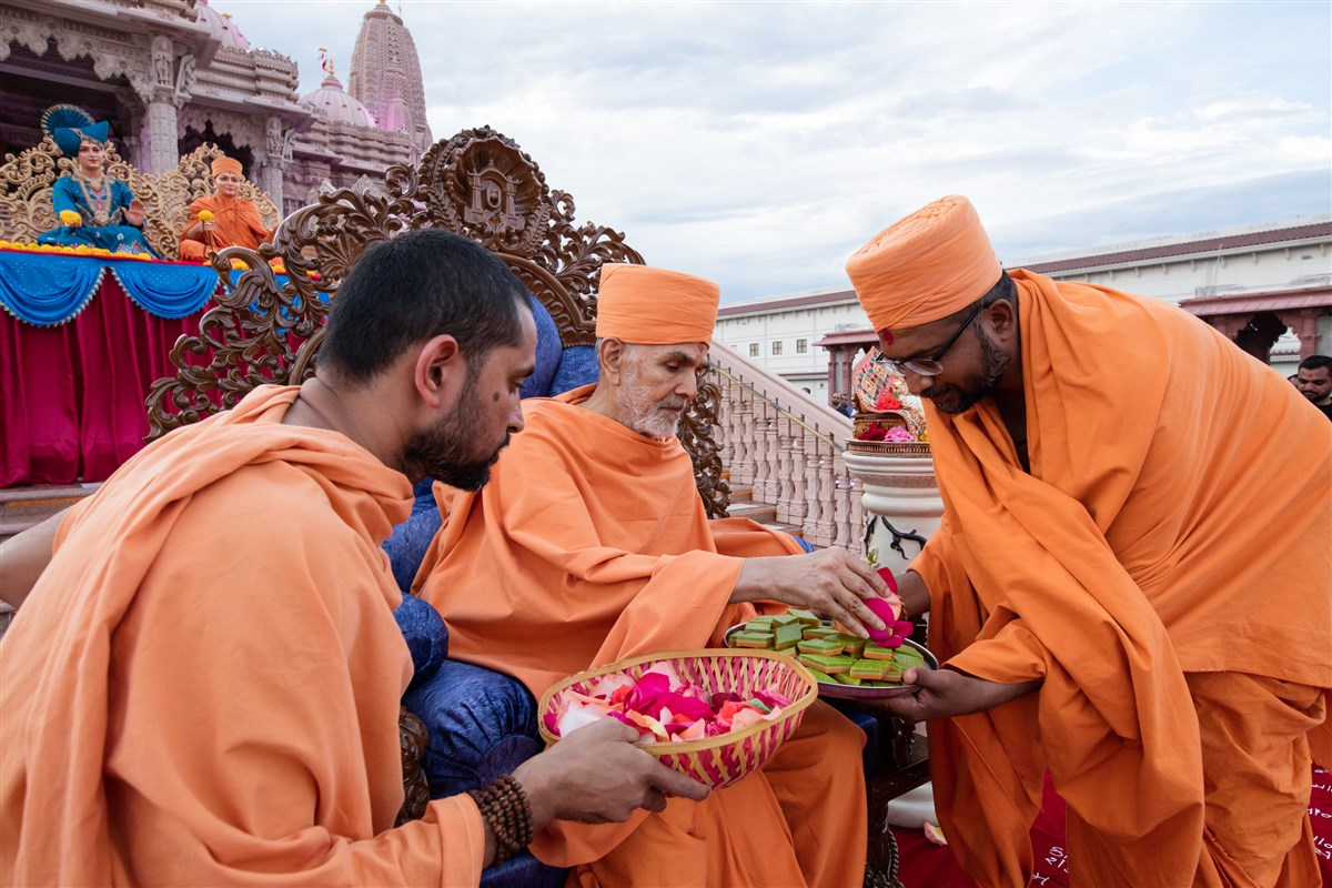 Devotees traditionally welcome Swamishri