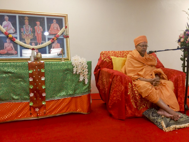 Pujya Tyagvallabh Swami delivers a discourse in the assembly
