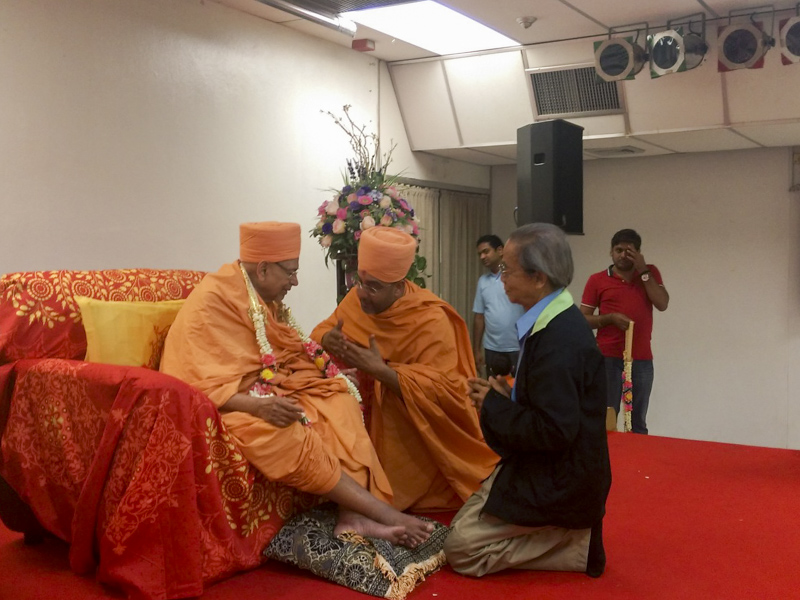 Pujya Tyagvallabh Swami blesses an invited guest