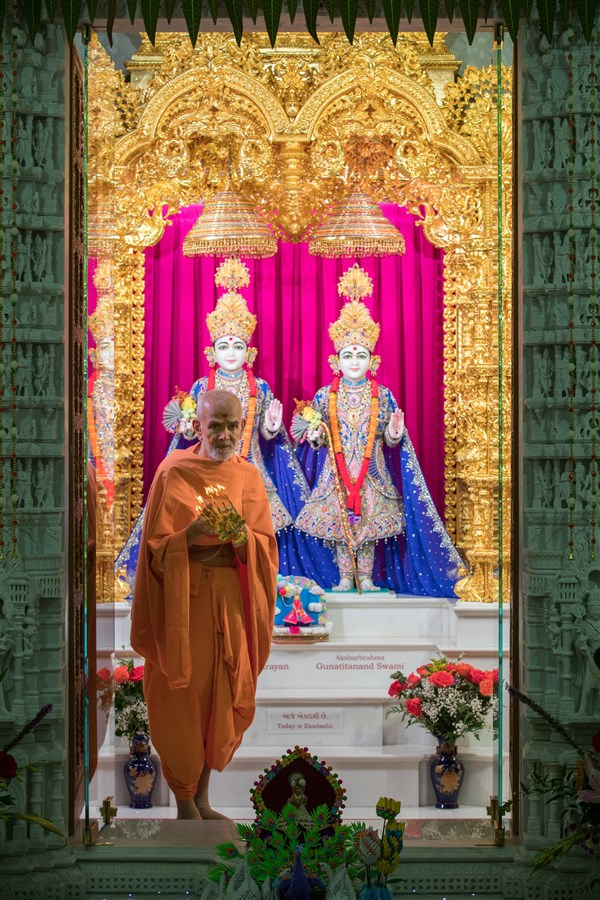 Swamishri performs the morning arti