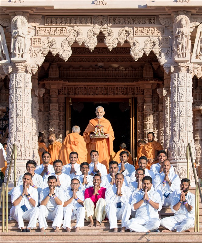 Swamishri takes a group photo with Yuvak Mandal Karyakars