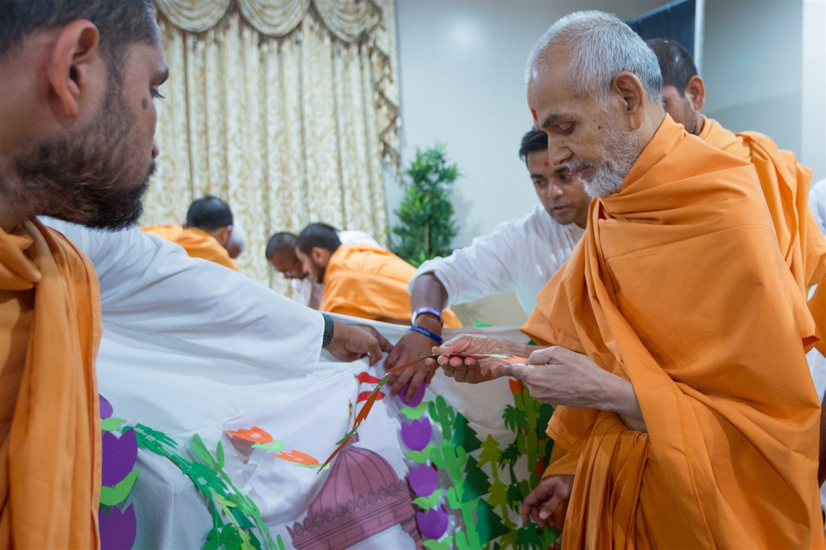 Swamishri appreciates the youths devotion