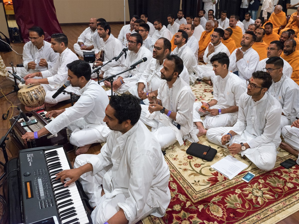 Youths sing bhajans in Swamishri's puja