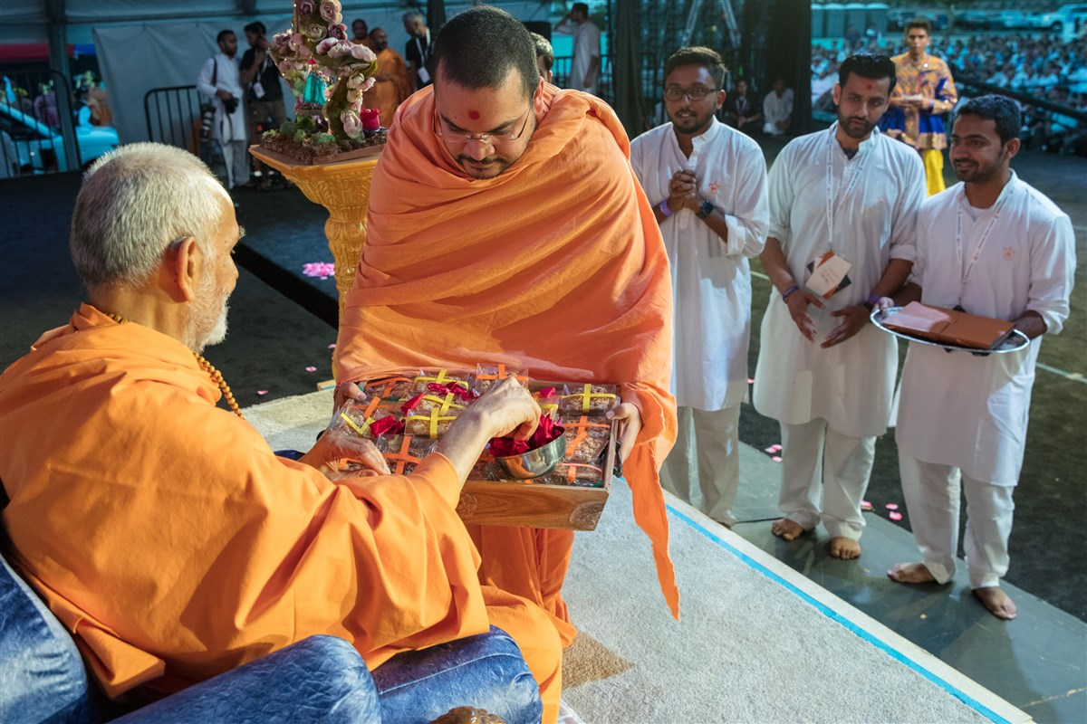 Swamishri sanctifies magic bars