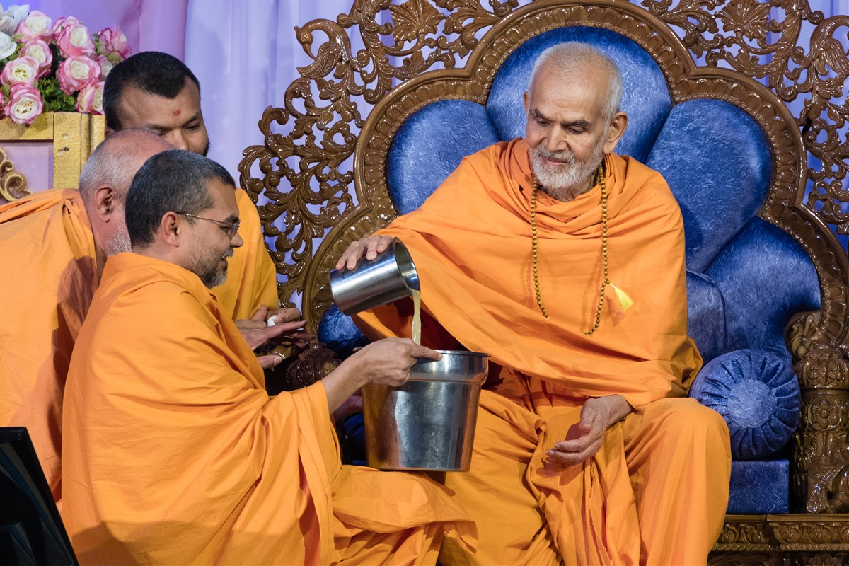 Swamishri makes lemonade for devotees who observed a fast