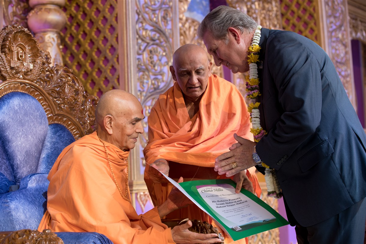 Swamishri receives a proclamation from the City of Chino Hills Council Member, Art Bennett