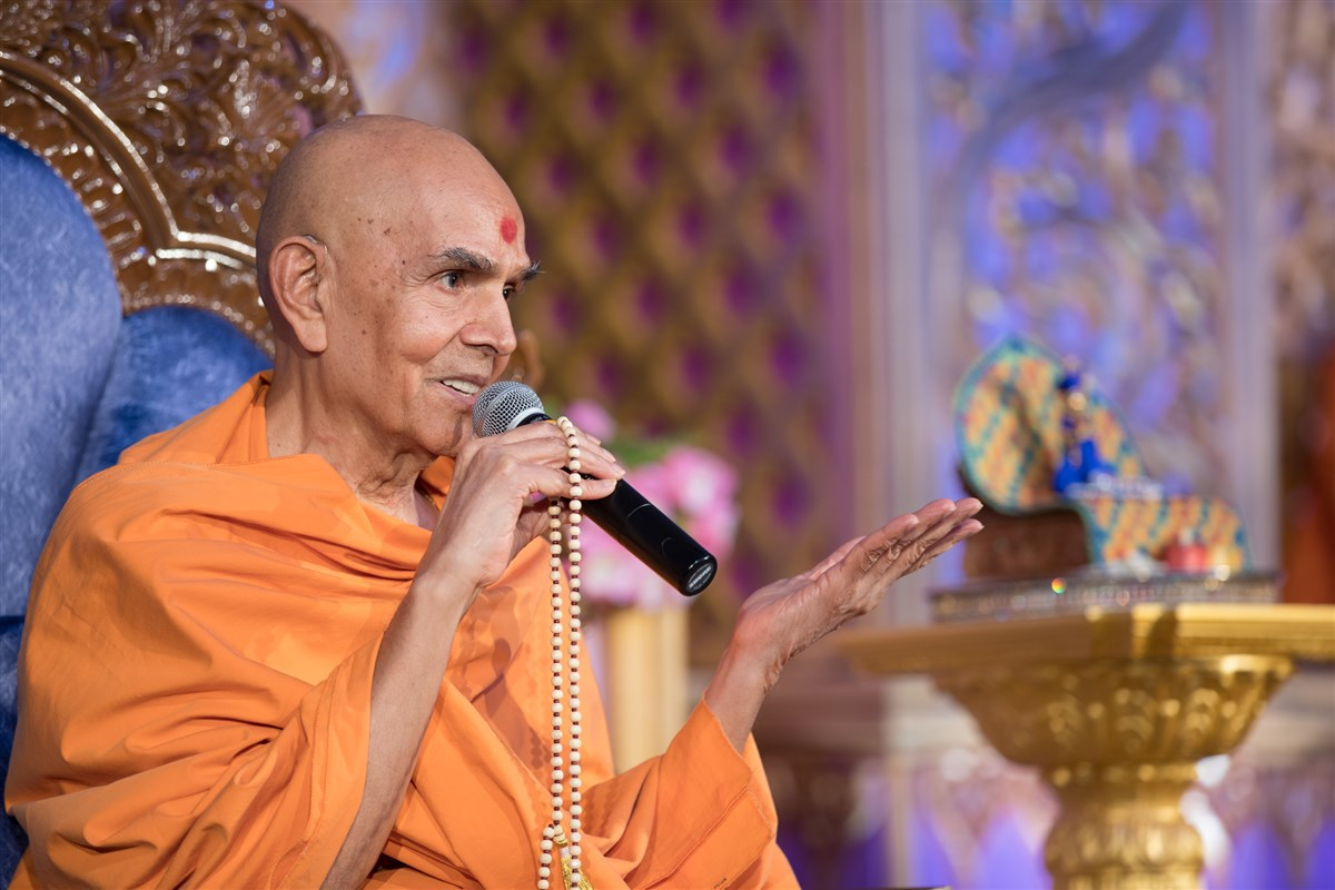 Swamishri addresses the evening assembly