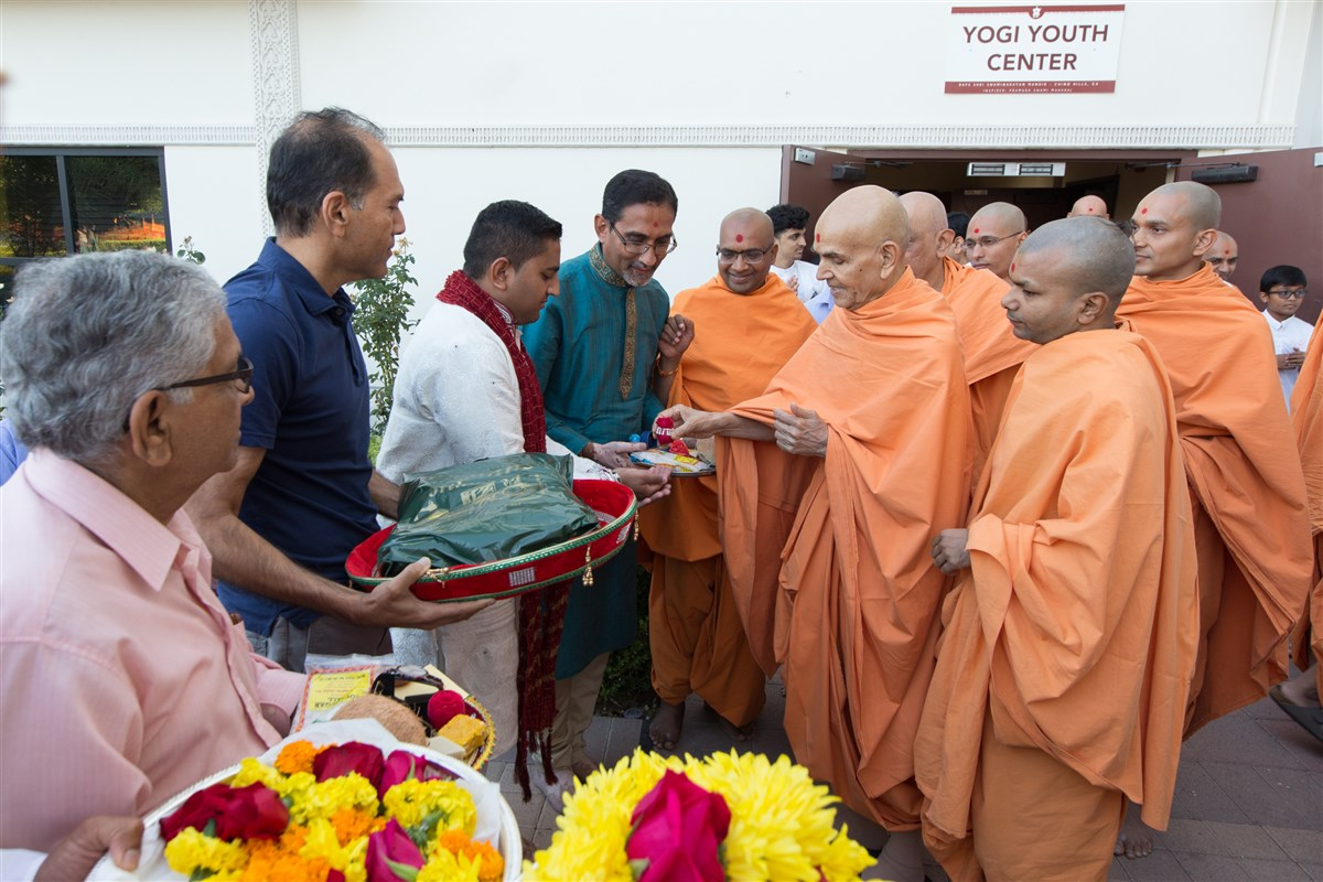 Swamishri blesses a devotee