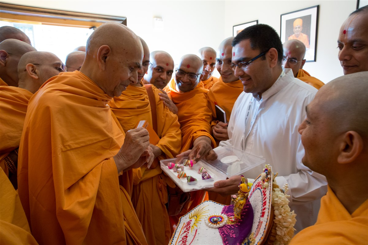 Swamishri sanctifies paghs for Shri Harikrishna Maharaj