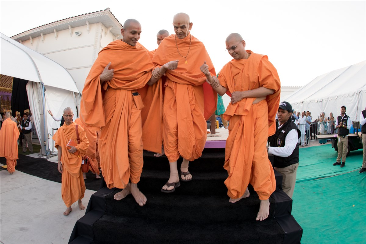Swamishri on his way to the assembly