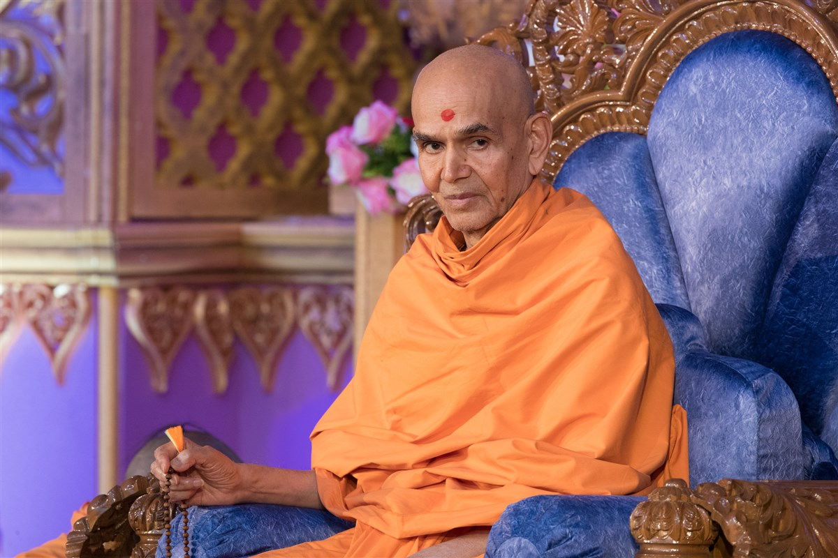 Swamishri engaged in the evening assembly