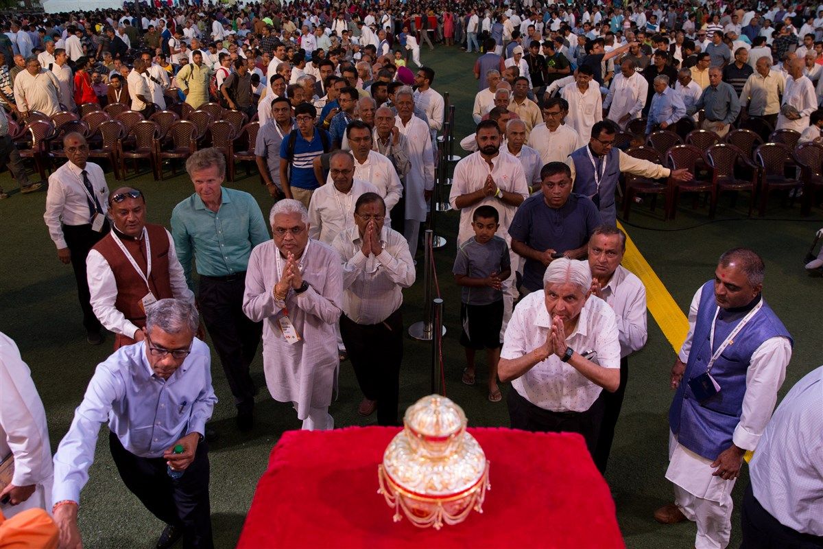 Devotees engrossed in the darshan of Brahmaswarup Pramukh Swami Maharaj's asthipushpa