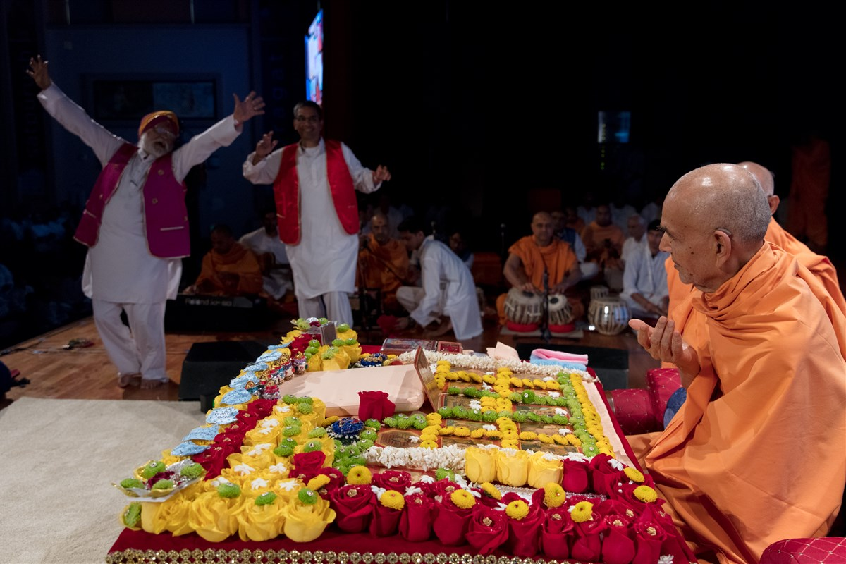 Devotees rejoice during Swamishri's puja