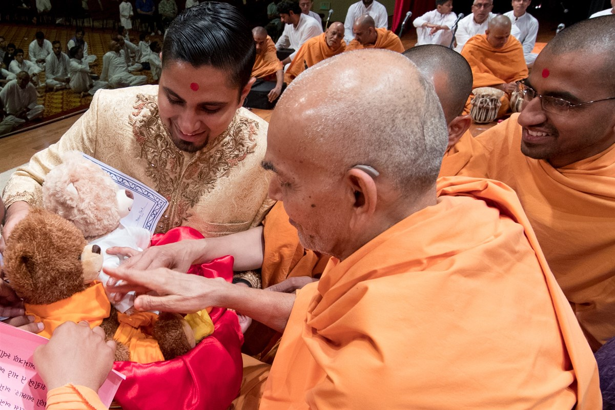 Swamishri sanctifies bears