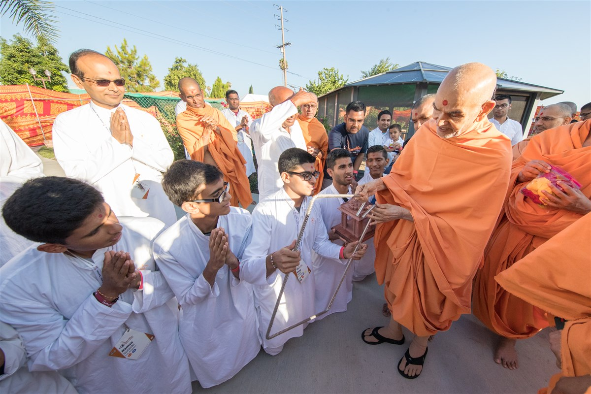 Youths explain their efforts in the mandir's construction to Swamishri
