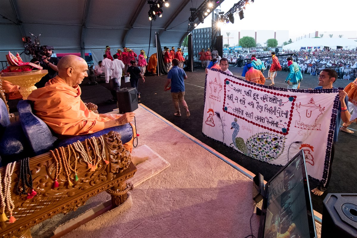 Youths offer Swamishri a shawl