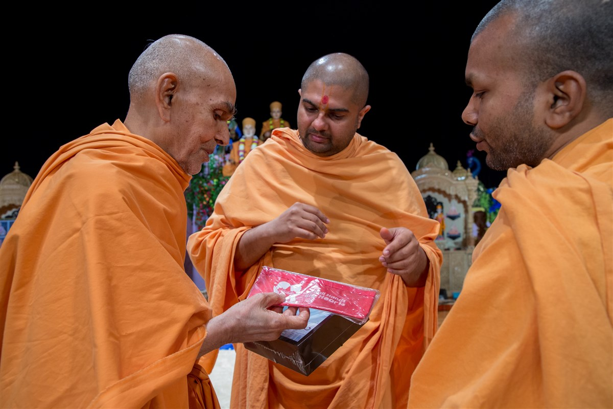 Swamishri sanctifies Akshardham Souvenir items