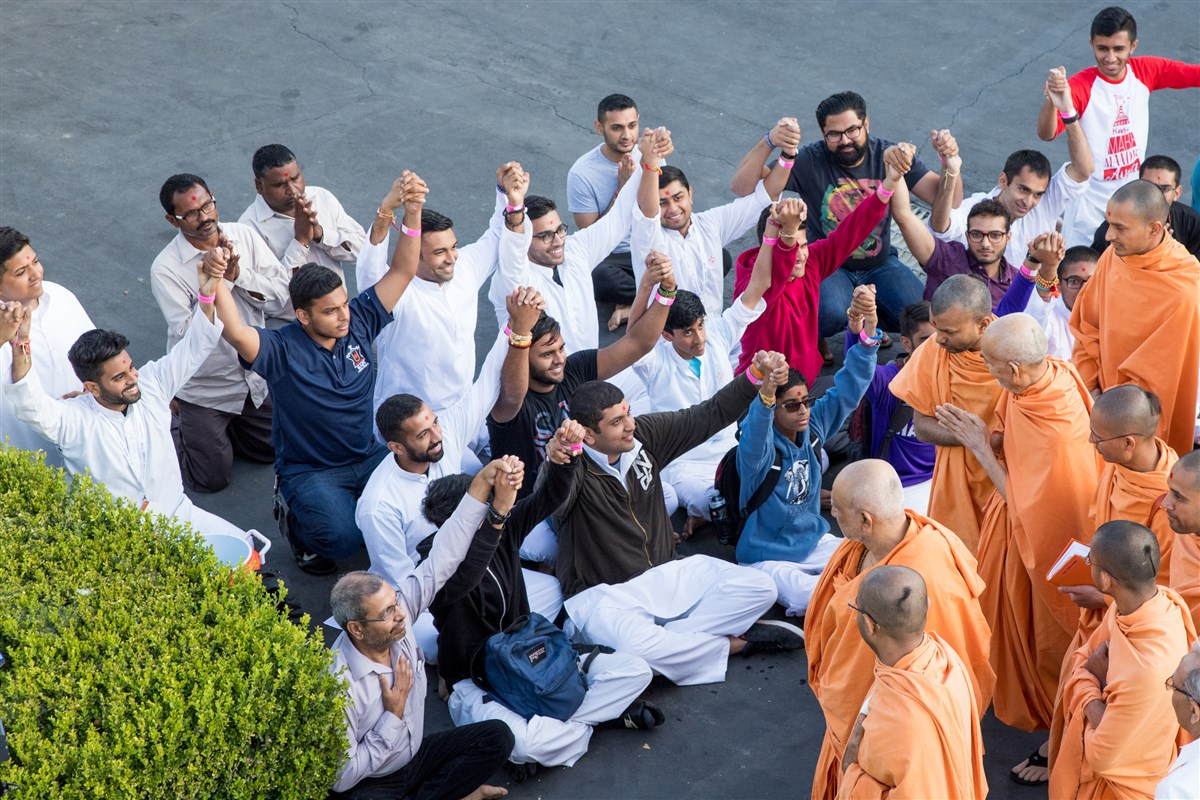 Devotees join hand to symbolize unity
