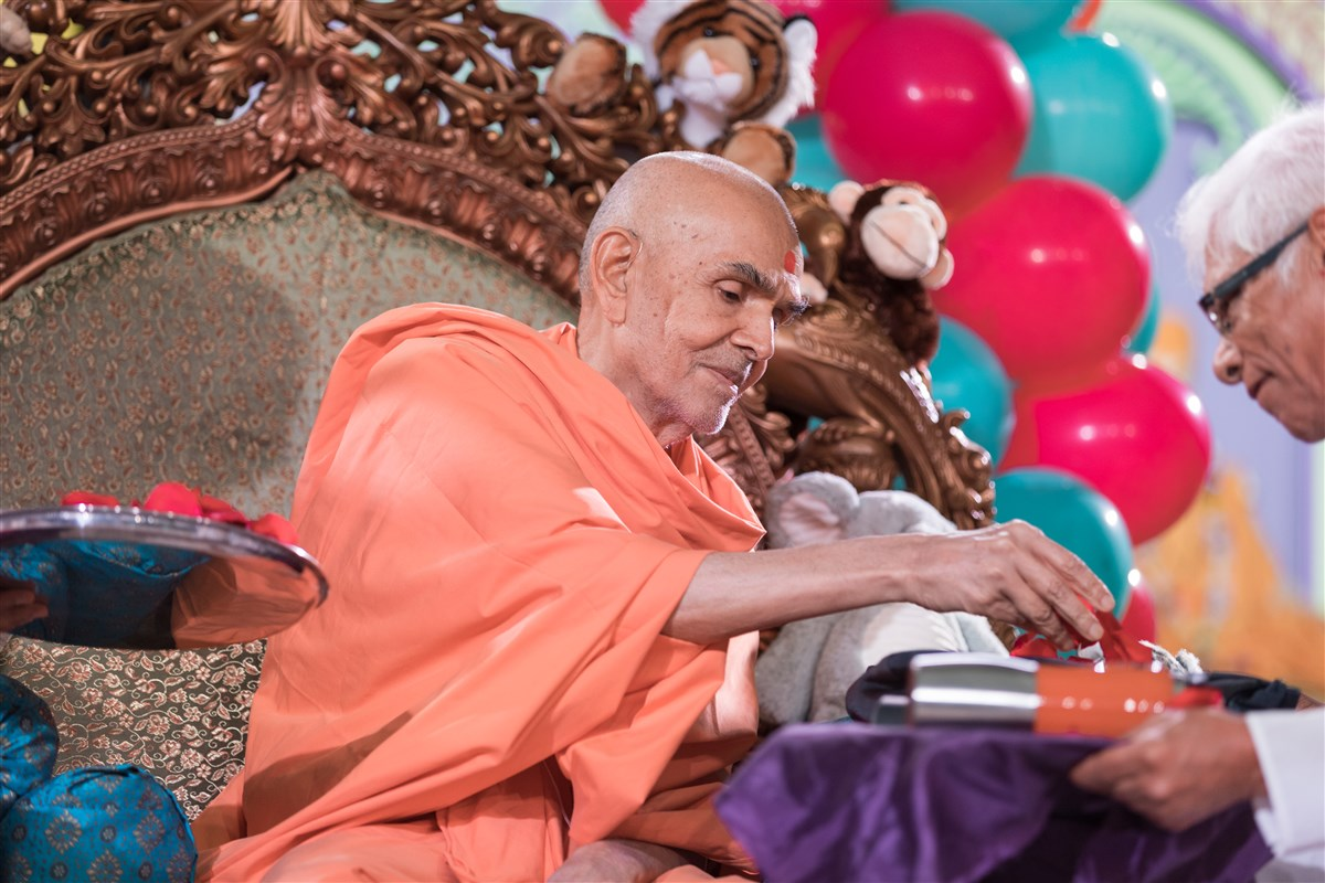 Swamishri sanctifies souvenir items