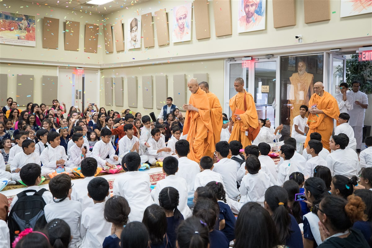 Swamishri arrives in the Bal-Balika Din assembly