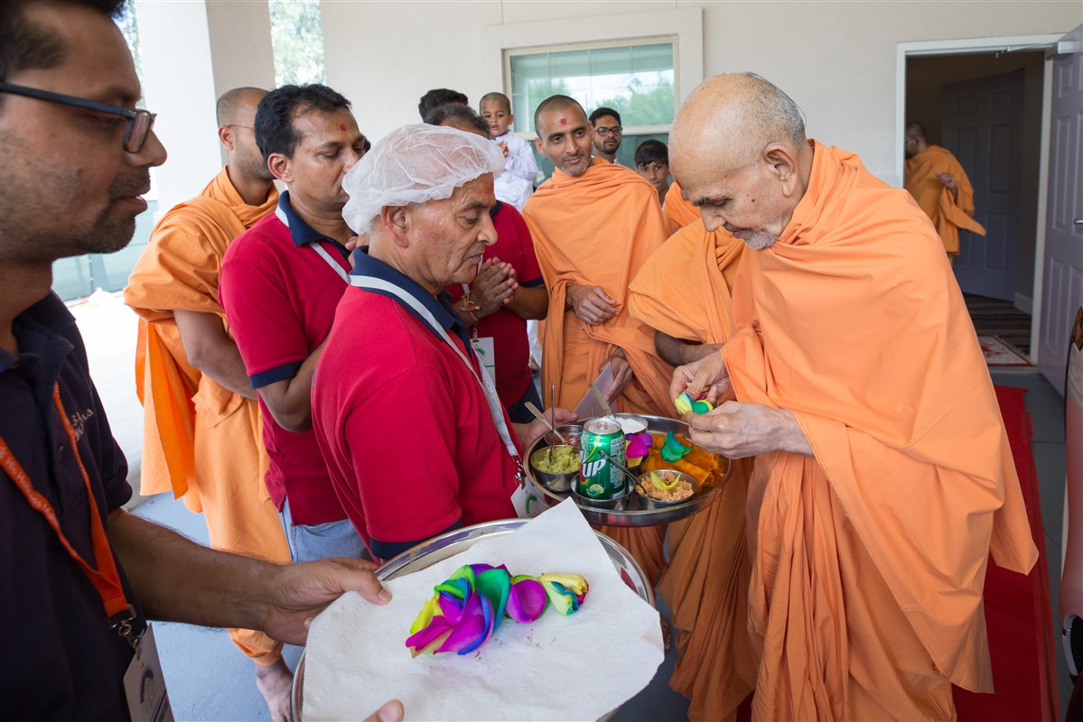 Swamishri sanctifies food to be served to devotees