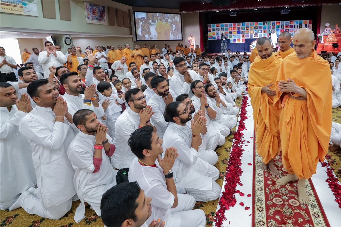 Swamishri greets devotees with folded hands