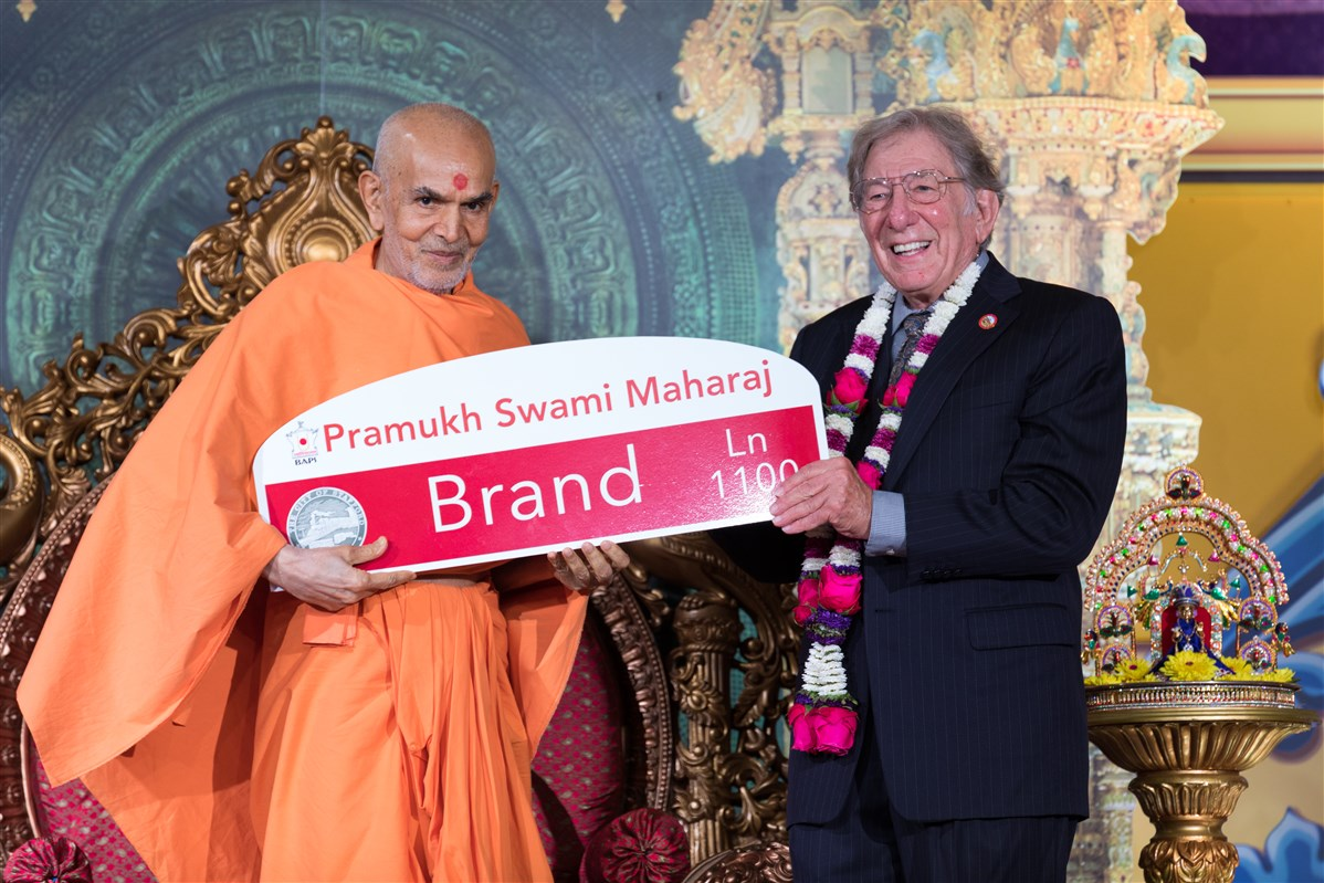 Mayor Leonard Scarcella presents Swamishri with a new street sign