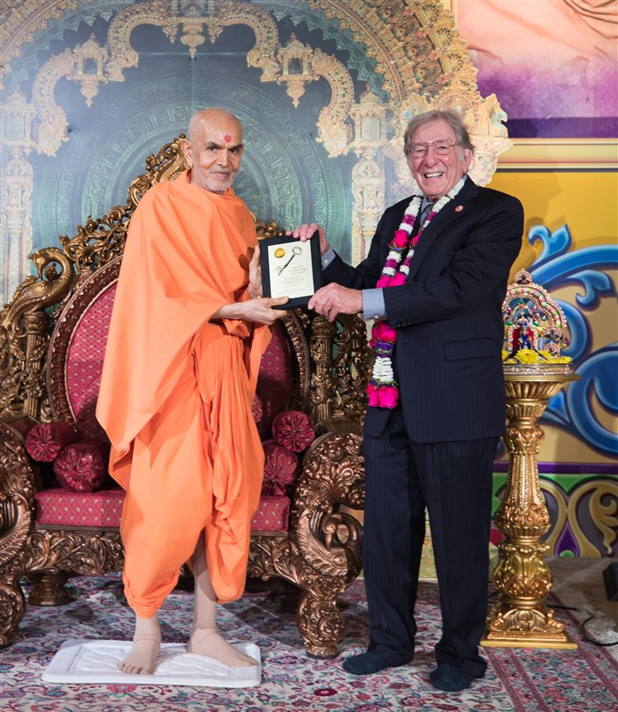 Mayor Leonard Scarcella presents Swamishri with a Key to the City